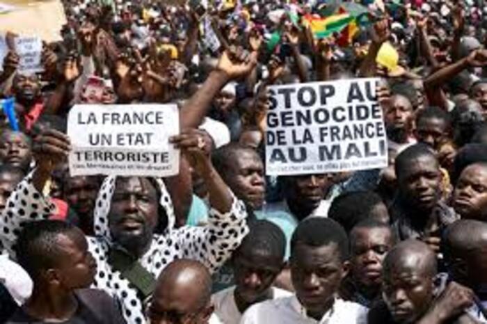 En première ligne  Emmanuel Macron, commandant en chef de la guerre au Sahel