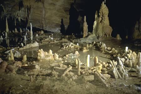 Des stalagmites préalablement brisées ont été agencées en cercle. © Michel Soulier, SSAC