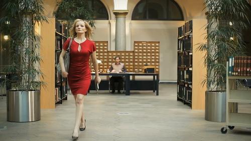 A BLONDE COMES INTO THE LIBRARY  (Publicité)