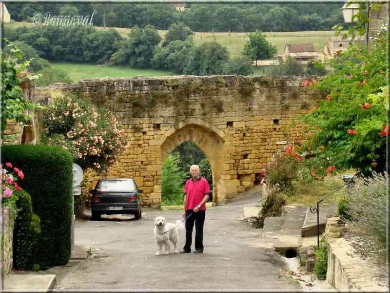 Domme Dordogne l'une des portes de la bastide et vestiges des remparts