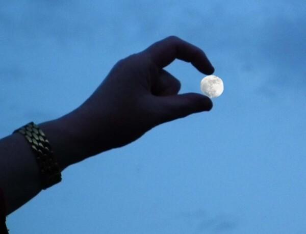 lune-dans-la-main.jpg