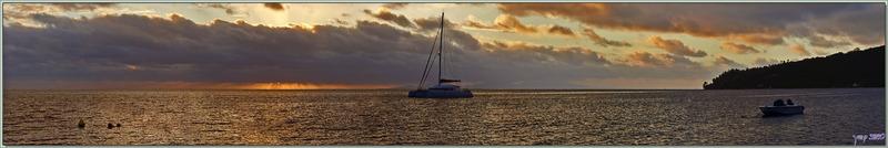 Vue panoramique d'un triste coucher de soleil sur la baie d'Avea - Huahine - Polynésie française