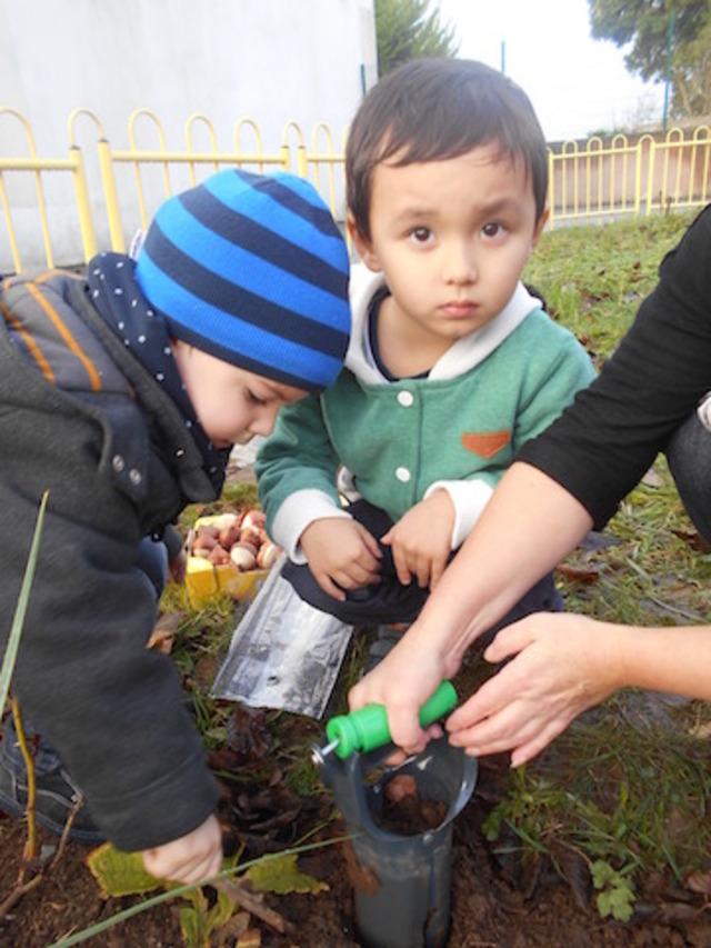Les enfants préparent le jardin pour le printemps!