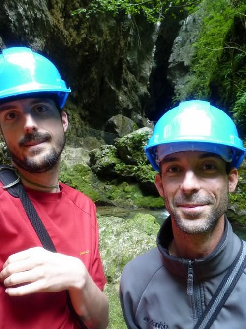 Devant la grotte