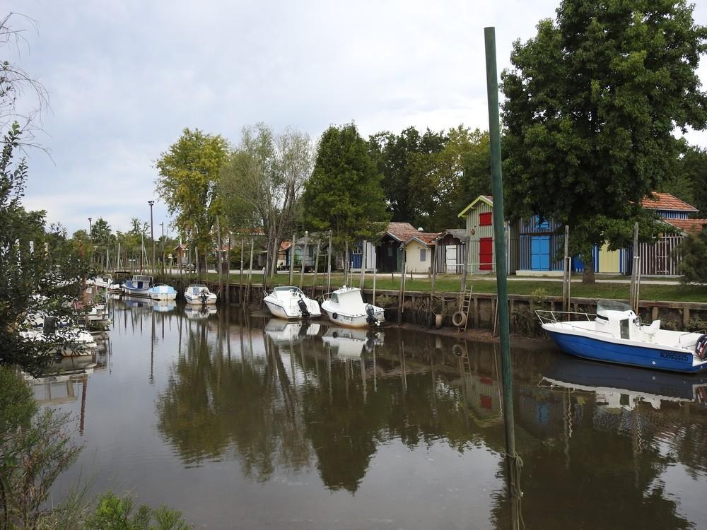 Le port de Biganos et ses maison,s colorées...