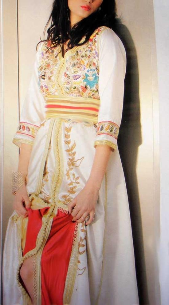 takchita idéal pour mariée en blanc cassé et broderie couleurs en manches 3/4 TAK-S625