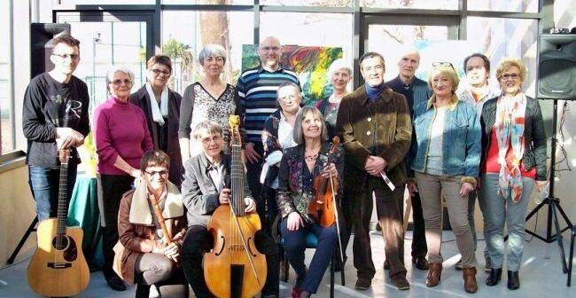 Le groupe, à l'occasion du dernier récital de la Société des Poètes et Artistes de France, sous la verrière de la Mairie de Sorèze./Photo DDM