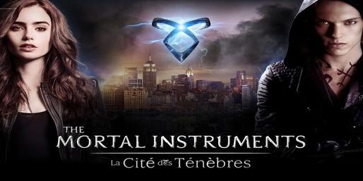 The Mortal Instruments : La Cité des ténèbres : New York, de nos jours. Alors que sa mère est kidnappée par d'étranges créatures, Clary, 15 ans, est témoin d'un meurtre commis lors d'une soirée. Elle est terrifiée lorsque le corps de la victime disparait mystérieusement devant ses yeux... Elle découvre alors l'existence d'un monde obscur et parallèle et y fait la rencontre de Jace, un chasseur de vampires. Lorsqu'ils se retrouvent au milieu d'une guerre entre des forces démoniaques et la société secrète des chasseurs d'ombres, Jace lui viendra en aide. Elle jouera alors dans cette aventure un rôle qu'elle ne soupçonne pas. ...-----... Genre: Action, Aventure, Fantastique, Pays: Allemand, Américain, Années: 2013 Acteurs: Jamie Campbell Bower, Jemima West, Kevin Zegers, Lily Collins, Robert Sheehan, Réalisé: Harald Zwart,