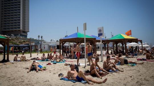 Des Israéliens et des touristes étrangers se prélassent sur une plage gay de Tel Aviv durant la semaine des fêtes des Fiertés de Tel Aviv , le 8 juin 2017. (Crédit : Miriam Alster/Flash90)