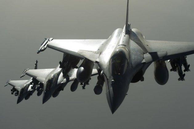 """Avions Rafale de l'armée française lors d'une opération en Syrie. La France a mené dimanche son premier raid en territoire syrien contre des """"sanctuaires"""" du groupe djihadiste Etat islamique. François Hollande a déclaré que les forces engagées dans le premier raid aérien français en Syrie avaient """"atteint leur objectif"""" en détruisant un camp d'entraînement dans l'est du pays. /Photo diffusée le 27 septembre 2015/REUTERS/Etablissement de Communication et de Production Audiovisuelle de la Défense."""