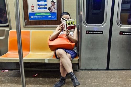 10 - Les femmes lisant dans le métro