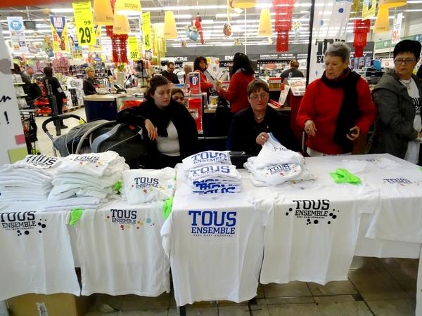 """Une vente de tee-shirts """"Tous Ensemble"""", au profit de Romain, a eu lieu dans la galerie marchande d'Auchan"""