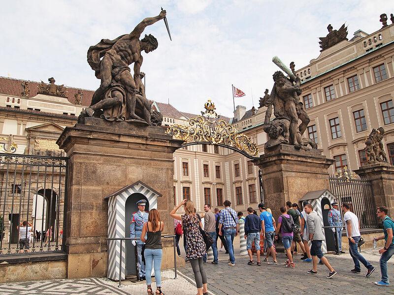 Entrée principale du Chateau Royal de Prague et siège de la Présidence de la République Tchèque. Photo de Tiia Monto.