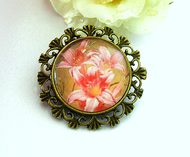 Broche ronde Cabochon de Verre Bouquet de Fleurs de Lys roses, Support  Bronze