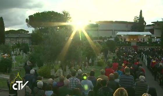 Messe pour les fidèles défunts au cimetière romain Flaminio, capture CTV