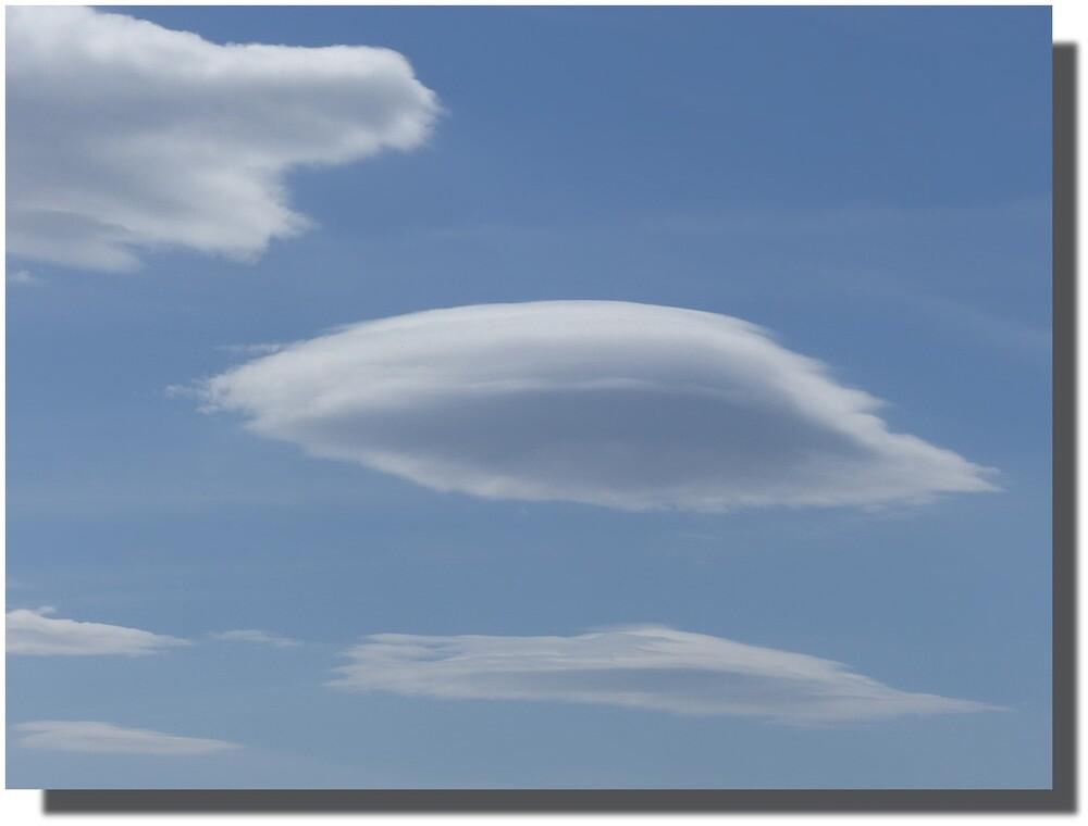 ceci est un indice du lieu où je me trouvais la semaine dernière...quelqu'un du cru y a posté un de ces nuages lenticulaires...