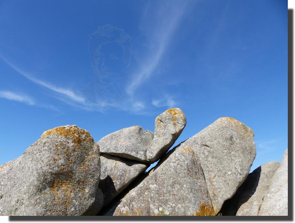 ...séquence paréidolie...dans ce chaos de pierres j'ai vu une semelle apportée par le vent, qui m'a fait penser à Rimbaud, et dans les nuages, j'ai vu une bulle, qui semblait émaner de la pierre...j'y ai placé Rimbaud, en pensant non pas au Bateau ivre, mais au Voyage de Baudelaire...