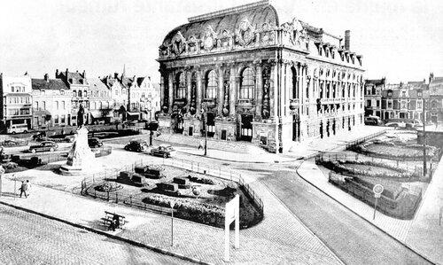 Le théâtre, entouré de jardinets, dans les années cinquante