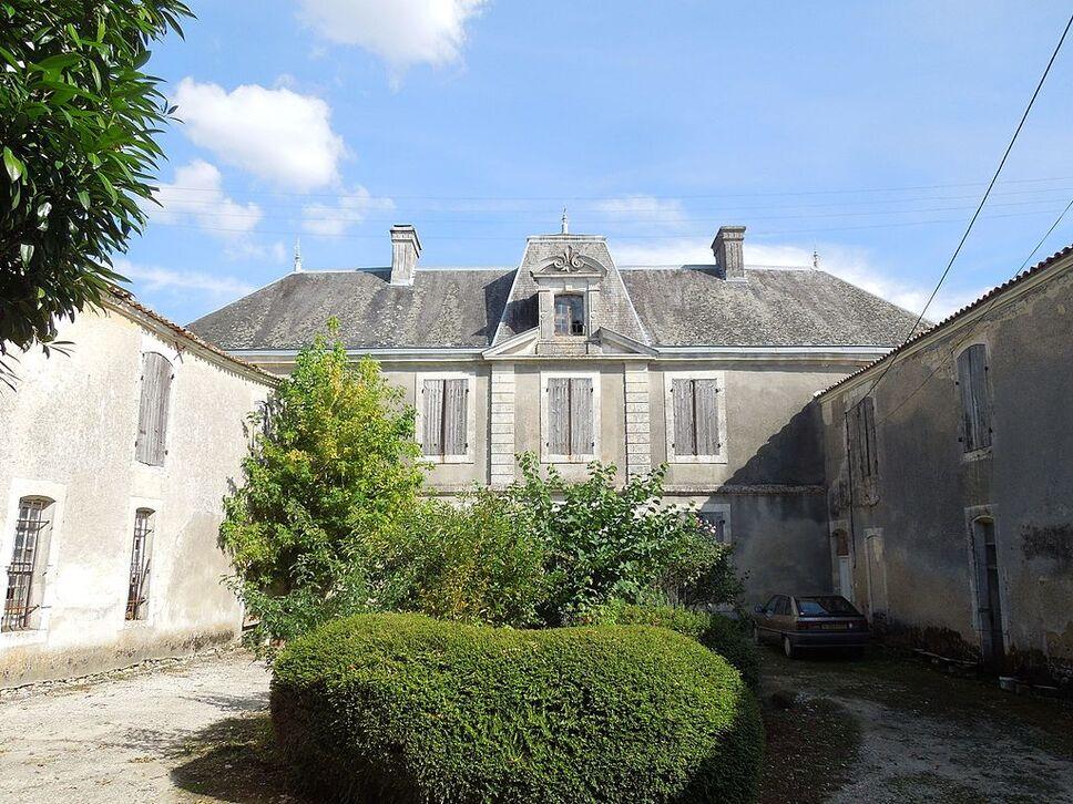 Salignac-de-Mirambeau, château, courtyard.jpg