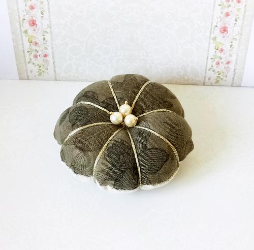 Fleur Pique épingles ou décoration de table tissu coton floral vert olive et perles nacrées