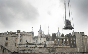 http://i2.cdnds.net/15/12/618x411/fun-game-of-thrones-iron-throne-tower-of-london-2.jpg