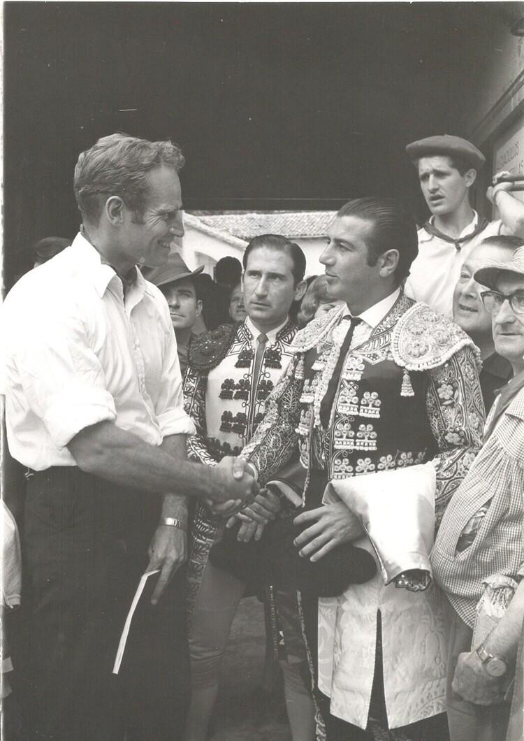 El actor saluda a una de las grandes figuras de la época, Antonio Ordoñez, antes de la corrida.