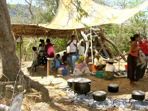 Partage du repas dans un petit village