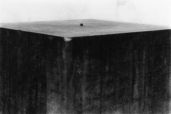 concrete boulder, photo, sculpture, masse, gravité, monumentalité, art, échelle, paradoxe