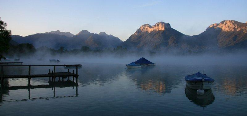 Bonjour.... le lac d'Annecy au réveil et ses brumes
