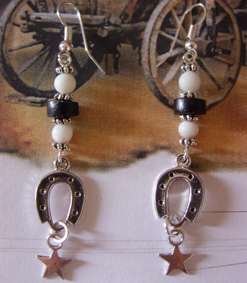 Boucles d'oreilles fer à cheval avec leurs étoiles et leurs perles noires et blanches