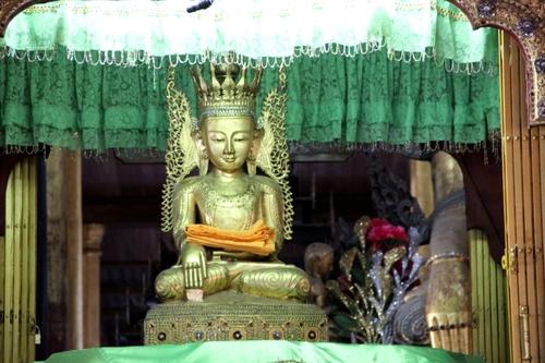 Le monastère Nga Hpe Kyaung sur les bords du lac Inle