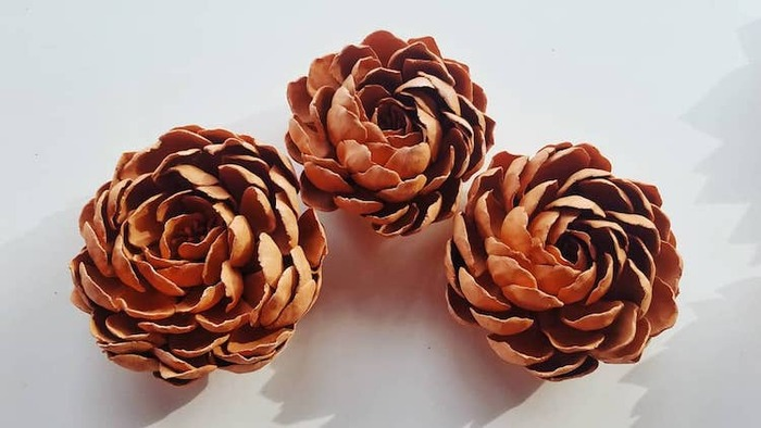 Fleurs en porcelaine brillamment conçues qui ressemblent à de belles fleurs