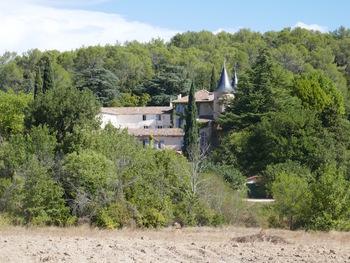 Niché dans son parc, le Château Robernier