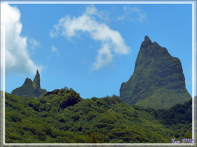Panorama sur la baie de Atiha, avec le Mou'a Roa ((880 m) et presque visible, le Mont Tohi'e'a  ou Tohivea (1207 m) - Moorea - Polynésie française