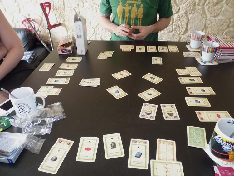 Un monde sans fin, le jeu de cartes