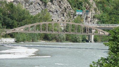Pourquoi le fleuve du Var  ne coule-t-il -pas dans la Dépaertement du même nom ?