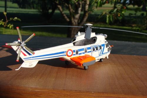 Maquette hélicoptère au 1/72 AS 332 Super Puma Armée de l'Air française