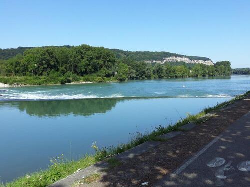 Le Rhône et les falaises rive gauche