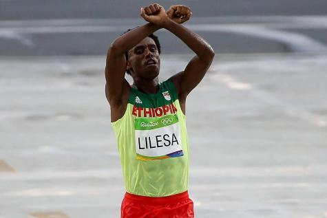 Le marathonien a franchi la ligne avec les bras croisés au-dessus de sa tête, comme s'ils étaient ligotés. ©Reporters