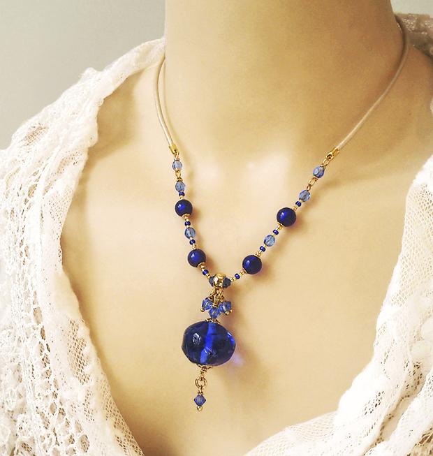 Collier pendentif Bleu Cobalt - Perle d'artiste et Verre de Murano / Cuir beige satiné et Plaqué or