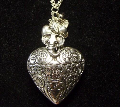 Sautoir coeur avec ses charms argentés