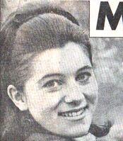 1966 et 1967 : Le tailleur bleu à boutonnage inversé.