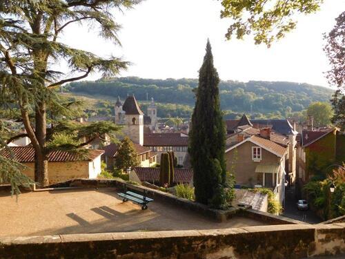La tour du Château du Viguier du Roy (Figeac, Lot, France) depuis l'église Notre-Dame du Puy. En Arrière-plan, l'église Saint-Sauveur.