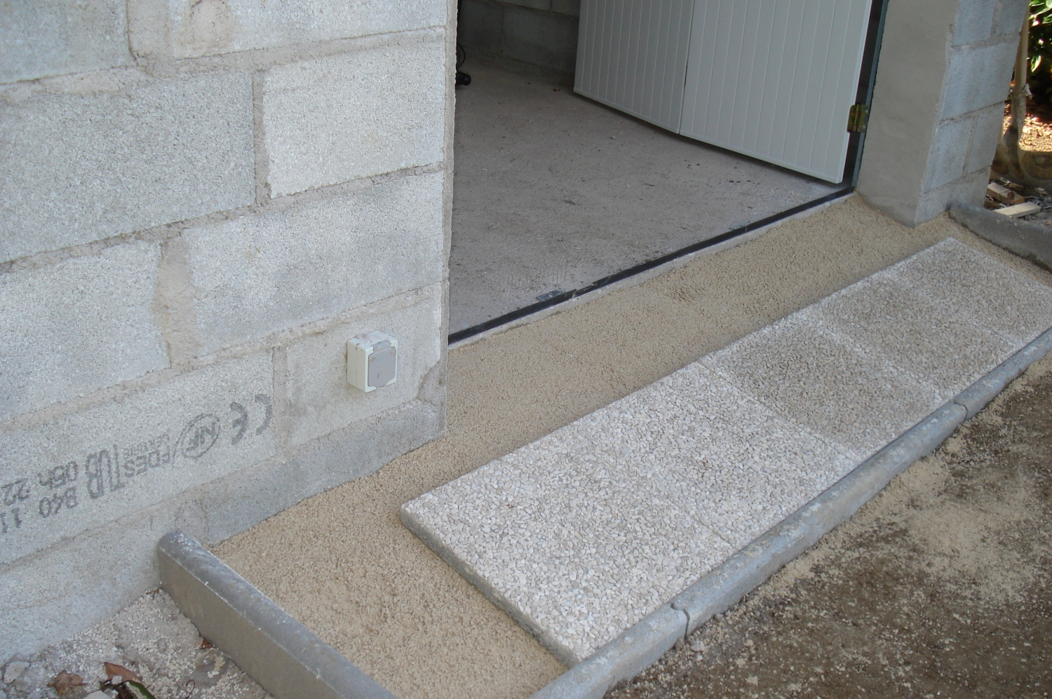 Le dallage du devant construction d 39 un abri de jardin for Carrelage sur sable