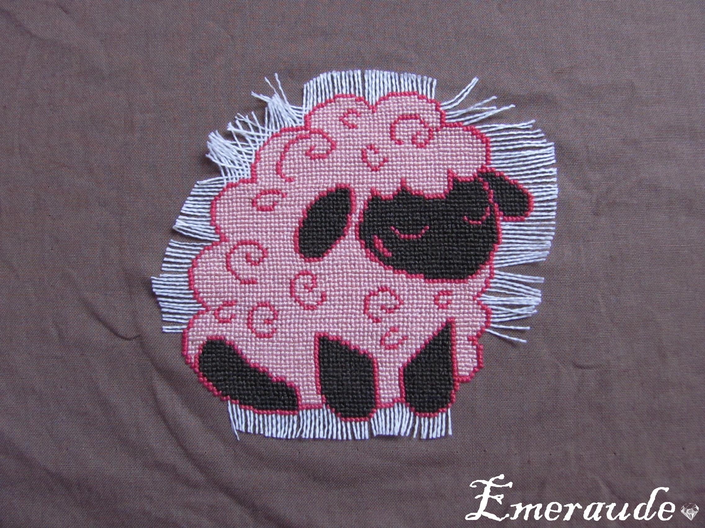 Broderie: mouton rose au point de croix