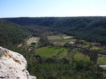 Depuis une pointe rocheuse, la vallée du Caramy vers l'aval