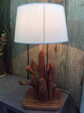 lampe en bois flotté effet rouillé