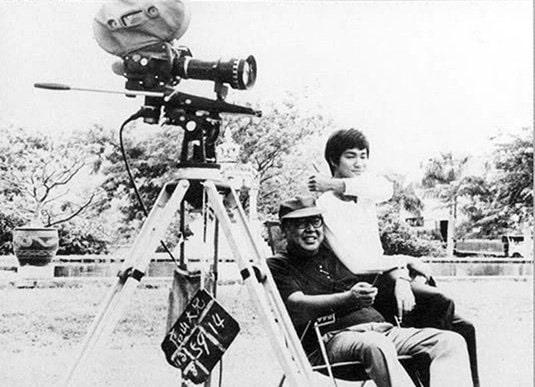 """Bruce et Lo Wei pendant une pause du tournage. Le film transformerait le premier en la plus grande star du Sud-est Asiatique, et le deuxième, en ce qu'il s'est auto-proclamé : le """"premier directeur millionnaire"""" de Hong Kong."""