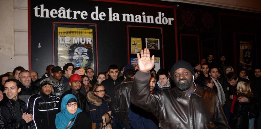 Dioudonné défie Manuel Valls et organise un spectacle à la main d'or