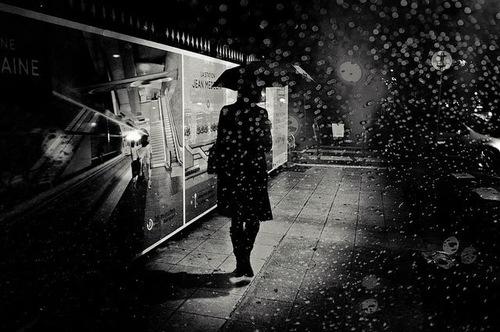 28 - Les femmes encore... sous les parapluies